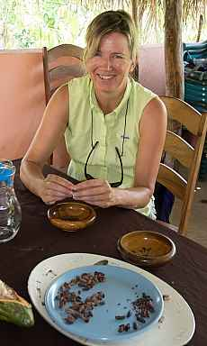 Sue husking cacao beans